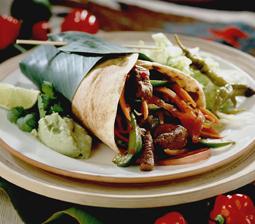 Tortilla med grøntsager, oksekød og guacamole